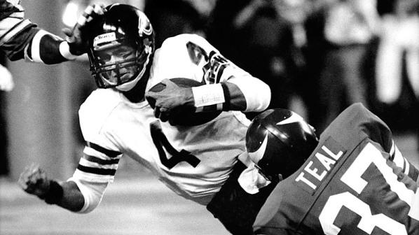 Steve Fuller getting tackled in 1985 at Vikings